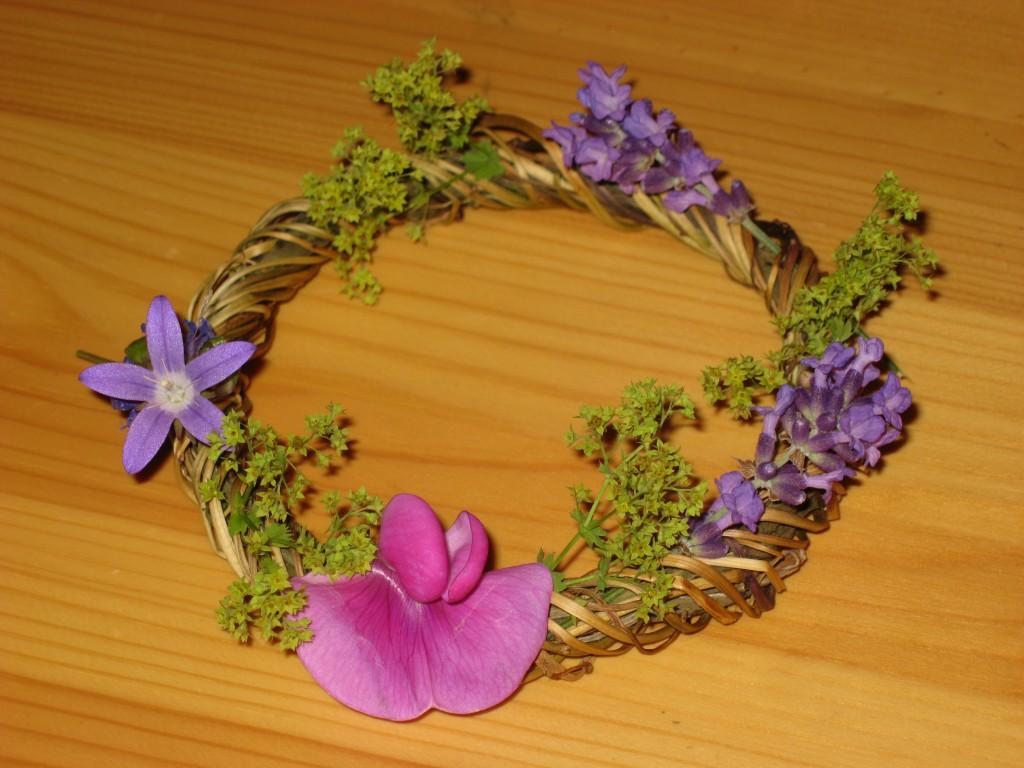Beltaneversiering - krans van grassen met bloemetjes
