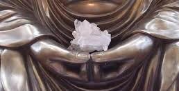 Kwartskristal in handen van de Boeddha