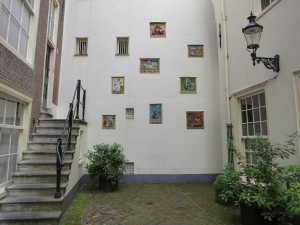 Images-on-Inner-Wall-Begijnhof-Amsterdam