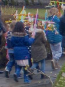 Nederlandse kinderen lopen in optocht zingend door de straten met zelfversierde palmpaaskruisen. Het hout hiervan heeft geen speciale betekenis.