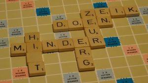 scrabble-bord met woorden uit het artikel