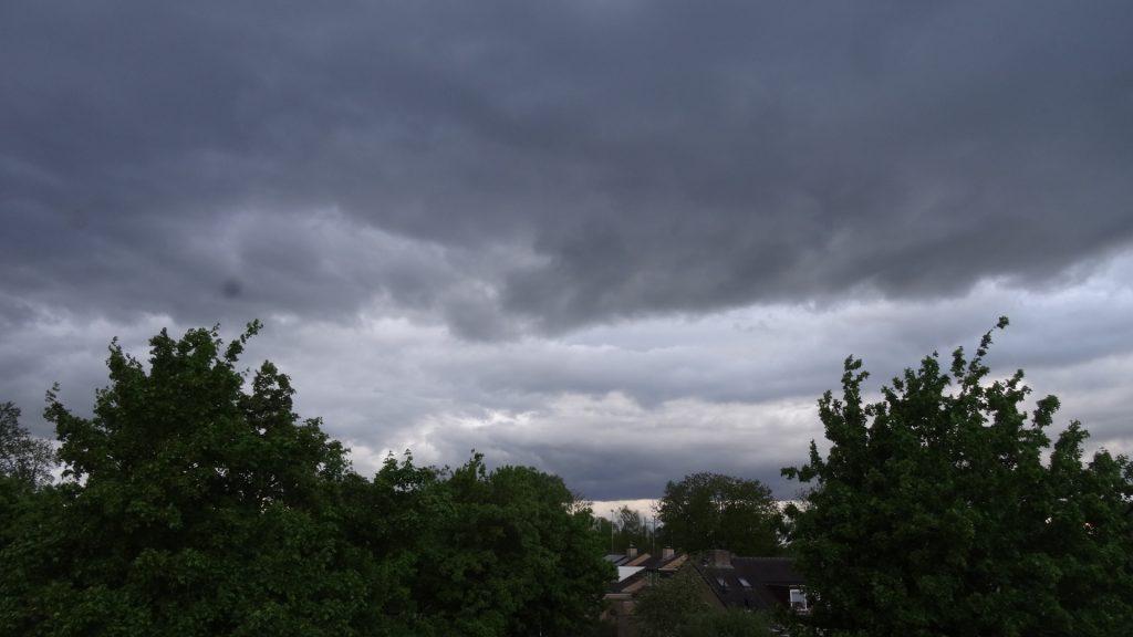 Een lucht vol donkere wolken. Foto Loes