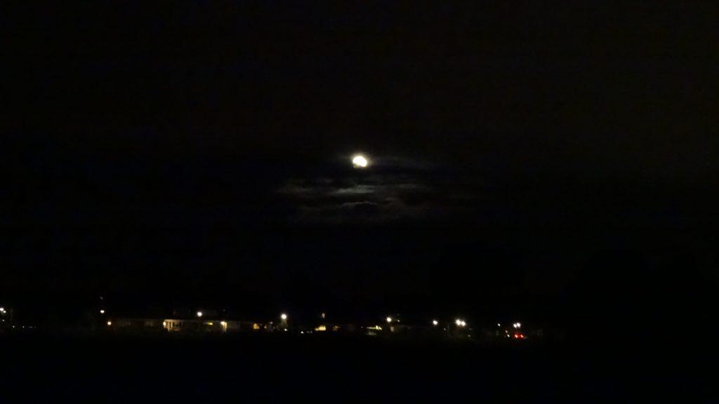 De maan komt tussen de wolken vandaan. Foto Loes.