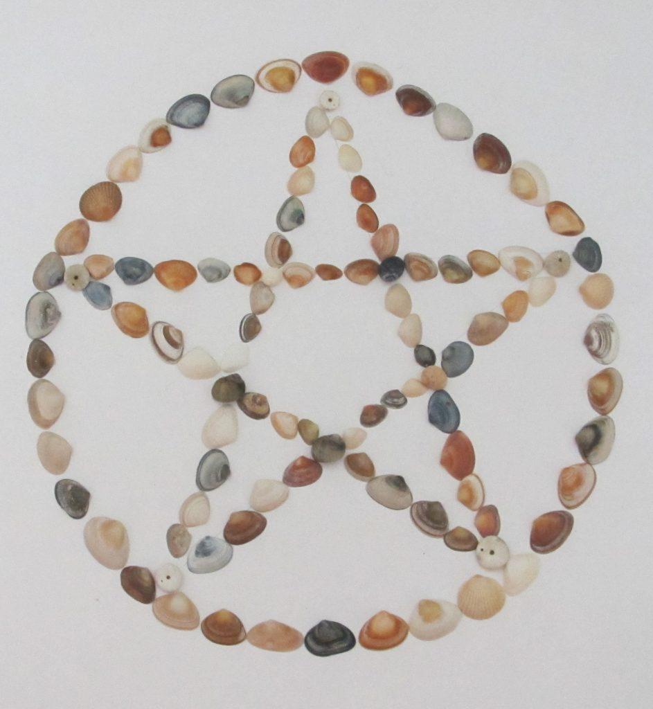 pentagram gevormd van heel kleine schelpen